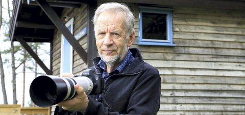 FOKUSERT: – Jeg «jakter bjønn» med kamera, sier Kjell Ivar Wålberg, den nå pensjonerte journalisten i Glåmdalen.FOTO: ANITA KROK