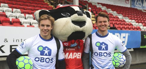 På plass: Markus Aanesland (t.v.), maskoten Gusse Grevling og Christian Røer er alle på plass på Gjemselund på lørdag i forbindelse med åpen dag. FOTO: KIL.NO