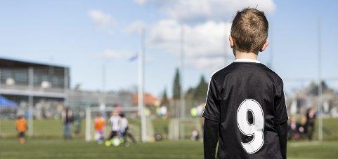 Innsenderen lurer på hvordan han skal reagere på at sønnen ikke får så mye spilletid som han ønsker på fotballkamper. Illustrasjonsfoto: Colourbox