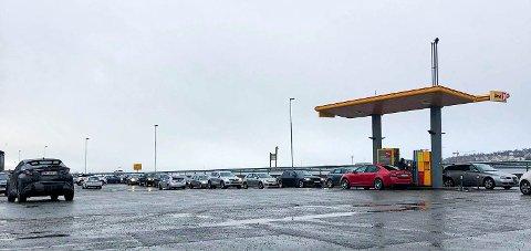 KØ: Prisen for drivstoff ved Uno X i Tromsdalen førte til lange køer onsdag kveld.