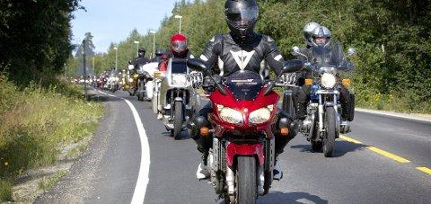 Mange velger å dra på Norgesferie i år. Økt trafikk kan føre til flere ulykker på norske veier - lokal MC klubb og Trygg Trafikk kommer med flere tips til å skape tryggere trafikk for de fleste