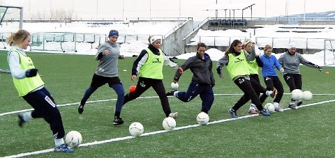 TRENING: Fylkeskommunen vil arbeide for at idrettstilbudet til elevene blir videreført i en langsiktig satsing ved skolen. Arkivfoto