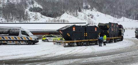 Denne uken har Vegvesenet hatt storkontroll på trafikkstasjonen på Otta. Her blir et vogntog kontrollert.