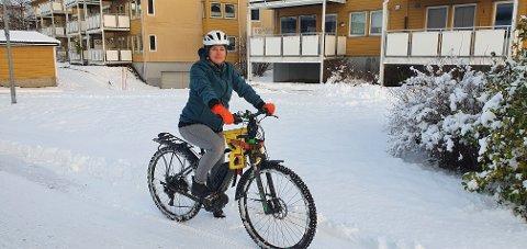 FRASTJÅLET: Det var en sykkel av lignende type som ble stjålet fra Aagaardbygget i forrige uke. Her er Selma Wicki hjemme på Fagereng med mannens elsykkel.