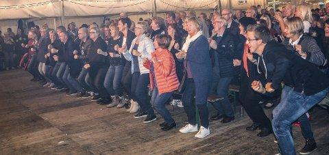FOLKEFEST: Oktoberfesten i Brandbu ble en suksess, med fullt telt både fredag og lørdag. Her fra konserten med Fire Fine Fruer, der publikum ble med på Fugledansen. Foto: Kristine B. Ludvigsen