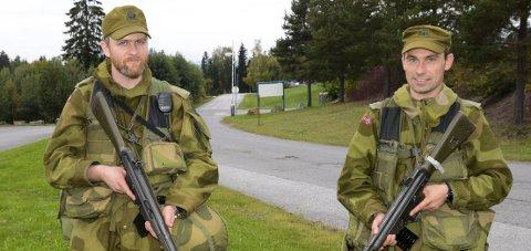 PASSER PÅ: Lars (til venstre) og Øivind har ansvaret for sikringen av objektet Hapro.