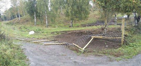 Ødelagt: Ti stolper av Torgrim Jorstads nye nettinggjerde ble revet opp natt til torsdag. Hærverket er politianmeldt. Foto: Privat