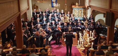 STEMMEPRAKT: Schola Sancti Petri med mer enn 50 sangere fylte Tingelstad kirke med mye velklang i lørdagens framføring av Bachs Juleoratorium.