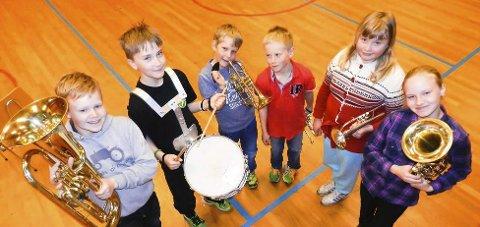 Aremark skolekorps: Denne gjengen trenger fortsatt en ny dirigent. I år spiller de både i Halden og Aremark.