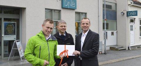 Gave: Morten Maristad overrakte 70.000 kroner til Ole Brække og Ole-Christian Løchen i Skogselskapet. Foto: Thomas Lilleby