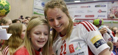 STAT MED STJERNER: Silje Solberg og Larvik-stjernene stiller opp selfier og autografskriving rundt om i landet.