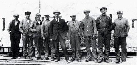 STENHOGGERE: I midten står oppsynsmann Elias Berg. Er det noen som kjenner flere navn her?
