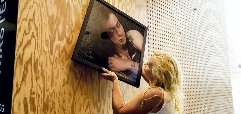 STERKT SØKELYS: Malene M. Bråthen hang opp bildene sine til «Speak up» i Hamar kulturhus. Foto: Jo E. Brenden