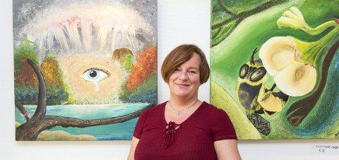 SYKEPLEIER: Åsa Østberg er intensivsykepleier. Hendelser på jobben preger noen av maleriene hennes. Foto: Jo E. Brenden