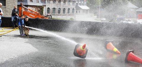 Ung brannmann: Fra Åpen dag 2016. Lars Morten Haavik (6 år) fikk spyle med brannslange.