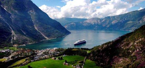Cruise: I 2005 kom Queen Mary 2 til Eidfjord. Denne sesongen har 87 skip gjesta hamna. Arkiv: DESTINASJON EIDFJORD