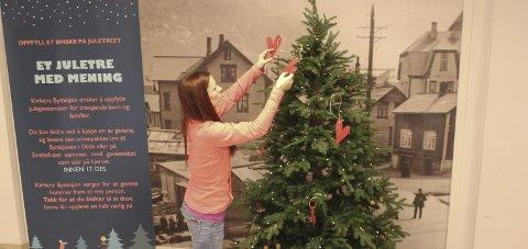Viktig juletre: Sandra Stølås pynter juletreet med ønsker.