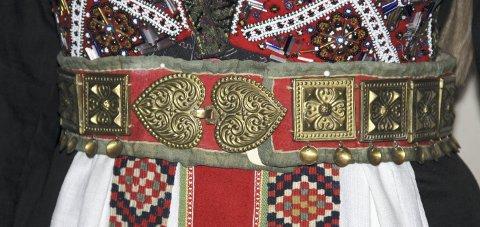 Draktdeler: Detalj av bruredrakt tilhøyrande Hardanger folkemuseum.