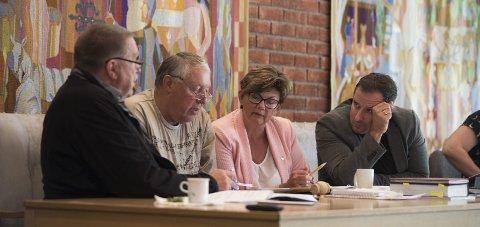 AVKLARING: Styreleiaren i Hardangerrådet, Toralv Mikkelsen, måtte inn for å avklara spørsmål under heradsstyremøtet.