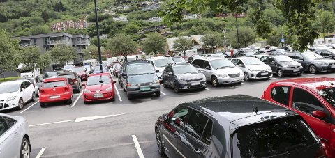 Sentrum: Eivind Tokheim, styreleder i Odda Parkering AS, sier kommunestyret skal vedta hvor det kan bli aktuelt med parkeringsavgift. Arkivfoto: Synnøve Nyheim