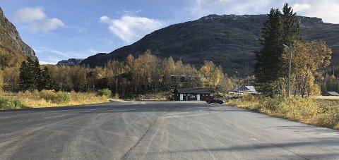 Nyasfaltert: Parkeringsplassen ved Korlevoll skistadion er ikke lenger gruslagt. Foto: Ernst Olsen