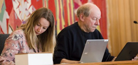 To skrivarar: Hege Korssund Lutro og Harald Jordal i aksjon under kommunestyremøtet onsdag.