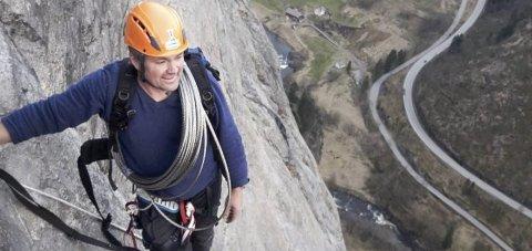 Fjæra: Robert Melkeraaen i den nye Via Ferrata-løypa, som er 900 meter lang, der toppen er 700 m.o.h.foto: Privat