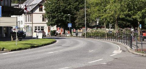 Sentrum: Her er det planlagt ny busstopp i høve flytting av busstasjonen til smelteverkstomta.Foto: Inga Ø. Jaastad