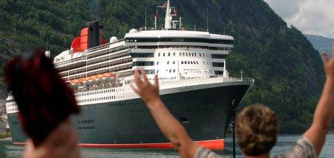 Ny rekord: Queen Mary 2 fekk varm velkomst i Eidfjord i 2005. I år set Eidfjord ny rekord, dei ventar 127 skip. Men framleis kan det koma endringar i cruiselista. Arkivfoto: Gudrun Sylte