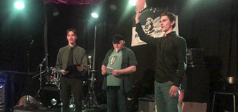 Utdeling: Martin Sørum Torvund, til høyre, og Leander Myran mottar Mansfield-prisen fra Stein Egil Legård. Foto: Renate Aase