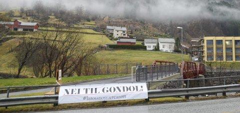 Motstand: Dette banneret er nylig hengt opp i krysset mellom innkjørselen til Eide og Vasstun-brua. Foto: Ernst Olsen