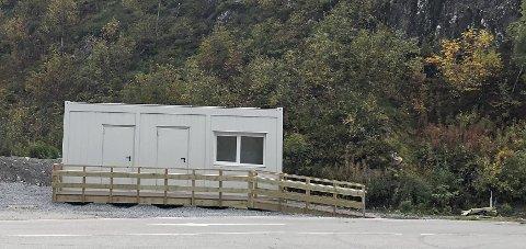Seljestad: Det nye venterommet på «Vekta», med tilhøyrande toalett, er plassert i sørenden av plassen. Her frå tidlegare i haust. Foto: Ernst Olsen