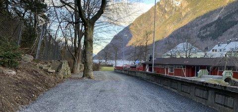 Hestavoll: Den utbetra parkeringsplassen i området bak barnehagen er sikra med fangnett. Foto: Privat