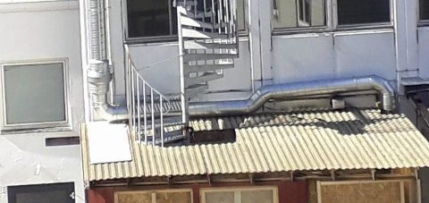 Rymbilen: Branntrappa i Eitrheimsvegen er delvis sperret av taket på utearealet til Mama Rosa. Foto: Privat