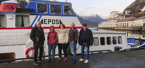 Til kai: Då fylkespolitikar Terje Kollbotn (t.v.) besøkte bokbåten Epos på kaia i Tyssedal 13. november i fjor. Arkivfoto: Anne Pihl