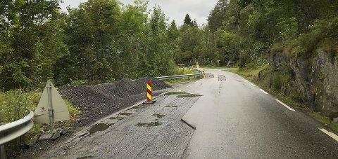 Rv 13: Slik såg vegen langs fjorden på austsida ut då arbeidet med lapping heldt på.foto: Eli Lund