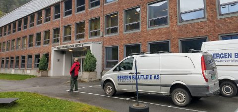 Ragnarok: Odda ungdomsskole var igjen location for Netflix-serien. Filmcrewet er tilbake i Odda 21. oktober. Foto: Privat