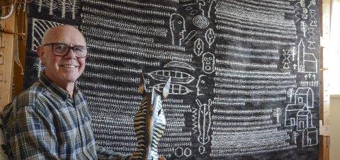 Oppdrag: Svein Nå har laga skisse til skulptur til Vikebygdkrinsen. Her ved eitt av sine store billedvevteppe.  Arkivfoto: Mette Bleken