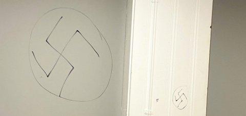 Odda busstasjon: Noen har tegnet hakekors på venterommet. Foto: Privat