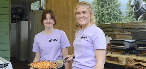 Sommarjobb: Emma Årekol (15) og Tuva Lutro (16) har sommarjobb på «Utestuo» i Almerkeparken.Foto: Kristin Eide