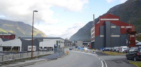 Ovn 3: Både Coop og Rema sine nye butikker nærmer seg ferdigstilling, men arbeidet med ny bussterminal i Ovn 3 lar vente på seg. Foto: Ernst Olsen