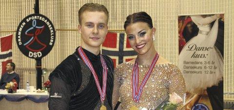 VANT I norgesserien: Ronja Østensvik (t.h.) og hennes partner Sverre Fjellstad vant i norgesserien i voksen elite, standard i helgen.
