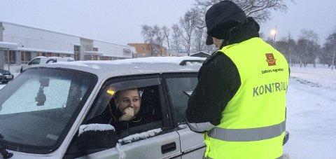 ØDELAGT FRONTLYS: Bilist Dag Arne Nerli får et pålegg fra Bent Klaussen i Statens vegvesen på grunn av et defekt frontlys.