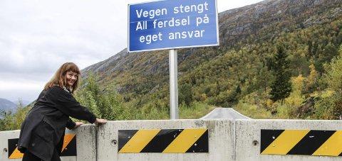 FLYTTES?: Hanne Dyveke Søttar i Tovenveien velforening vil flytte sperringene fra Utnes til Søttar på fv. 78. Foto: Vegard Olsen