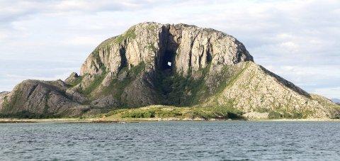 ATTRAKSJON: Fjellet med hull i er og blir den mest kjente turistattraksjonen på Helgeland. Foto: Ann-Helen Moen