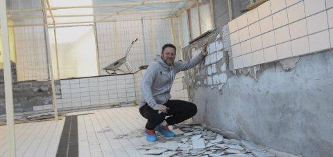 GLEDER SEG: Kjetil Hoff, fagleder for folkehelse i Vefsn kommune, gleder seg til at den omfattende bassengjobben er unnagjort.