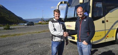 BUSS: Kåre Bergsnev og Finn Ove Hofstad sørger for gratis buss opp til flyplassen på torsdag. Foto: Kjell Arne Jørgensen