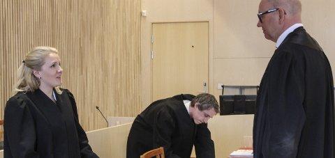 TRIO: Forsvarer Finn Ove Smith i samtale med aktor Kaja Agersborg Jørgensen som delte aktorjobben med Olav Rynning Veum (bak).