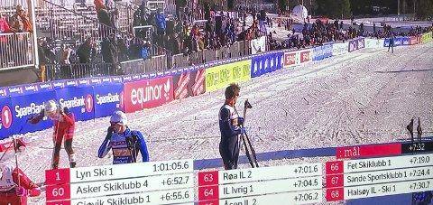 68. PLASS: Halsøy IL i mål på NM-stafetten. Ole Jacob Forsmo puster ut bakerst t.v. etter at han har gått laget opp fra 83. til 68. plass. Foto: Skjermdump NRK