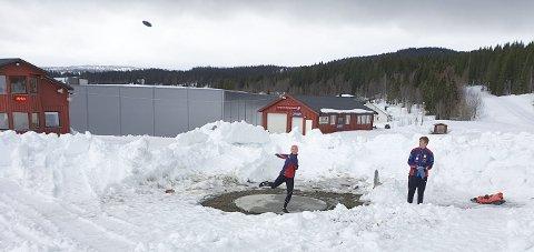 I SNØHAUGEN: Diskoskasting i snø. Kasteringen er spadd fram og Guro Martine Brøndbo Dahl og broren Arne Olav trener. Foto: Privat